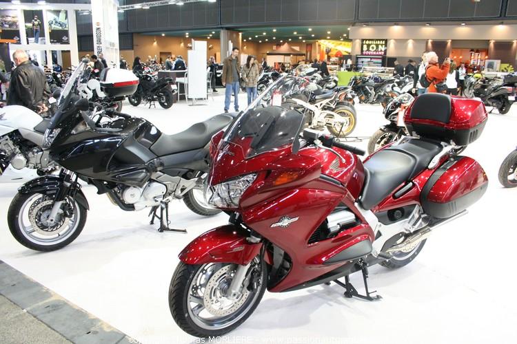 Moto honda honda au salon de la moto de lyon 2010 for Salon de la moto lyon